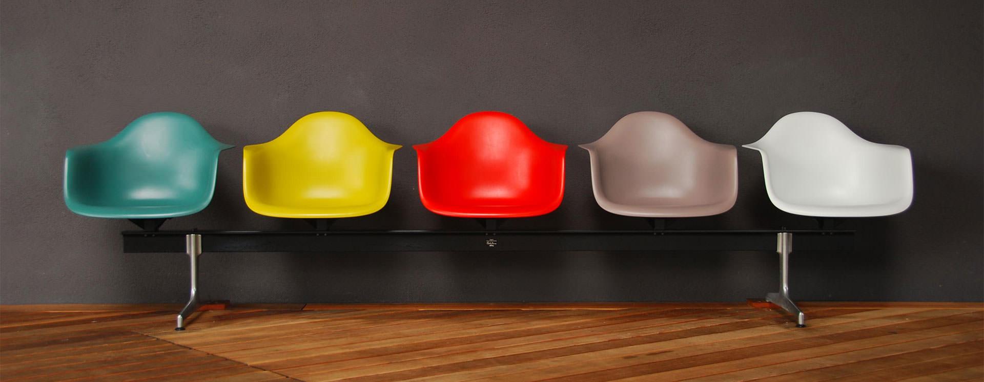 Lakáskiadásnál jól jöhet egy Eames széksor a Vitra Múzeumból.
